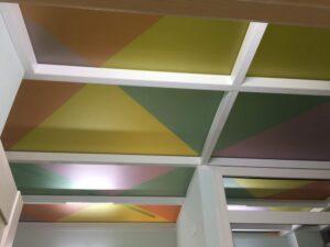 Оклейка пленкой потолка в детском саде